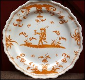Assiette chantourne de Moustiers jaune XVIII siecle orange