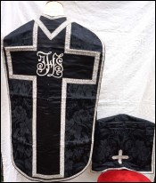 Chasuble with Cover Chalice in Damask Silk and Silver Braid